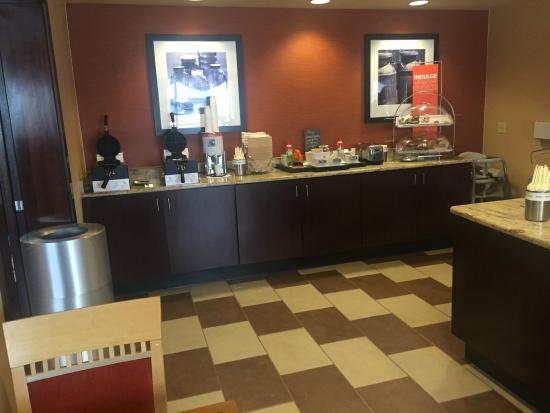 Hampton Inn University Midtown Albuquerque: Breakfast bar