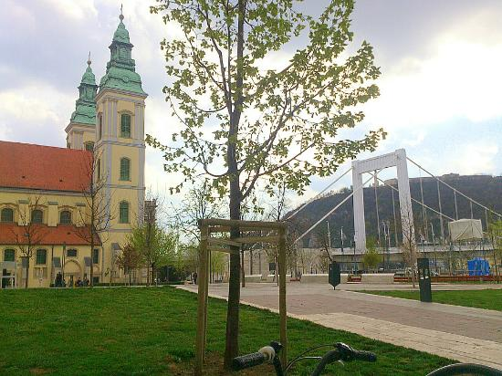 March 15 Square (Marcius 15 ter): Budapest - Marcius 15 ter - on the left Belvárosi plébánia templom, on the right  Erzsébet híd