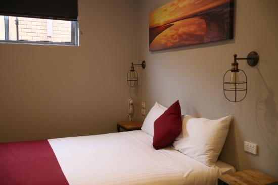 Merewether Motel: bed