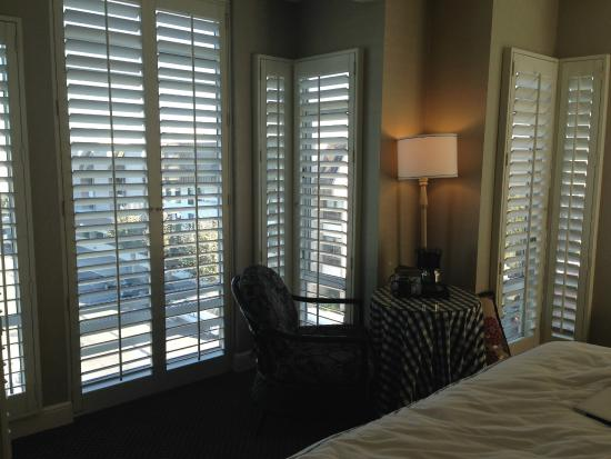 Hotel Zoe San Francisco: shutters all around the bedroom