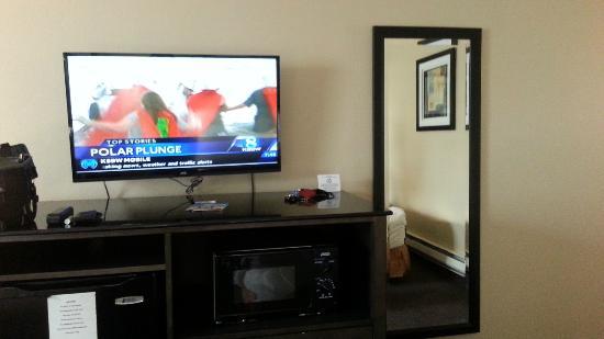 Monterey Bay Travelodge: Modern TV and furniture (good)