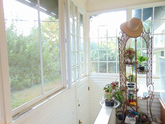 Betty's Bed and Breakfast: Sunny porch