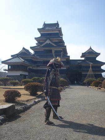 Matsumoto, Japón: 平日でしたが、鎧をまとった武士がポーズをとって写真にこたえてくれました
