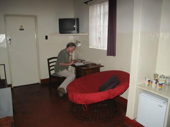 Kiboko Town Hotel : sitting area with desk and small fridge