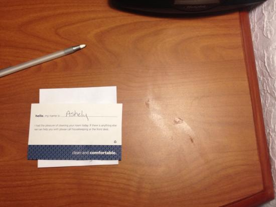 Hampton Inn Evanston: I hope Ashley paid more attention to the rest of my room, but this table makes me doubt it.