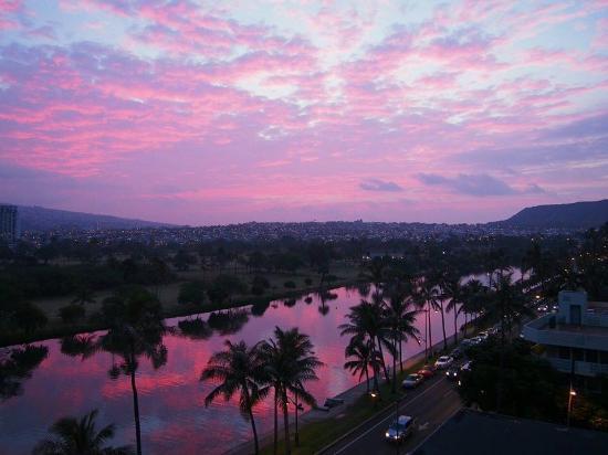 Waikiki Sand Villa Hotel: 2月19日の朝焼けを705号室のラナイから