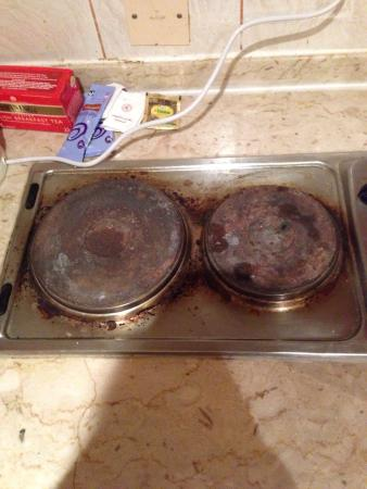 Ramee Hotel Apartment: How the oven looked upon arrival, my girlfriend had to scrub it clean.