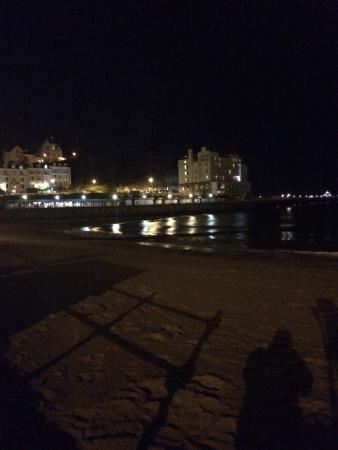 Glascoed Guest House: Sea front after dark - less than 5minute walk