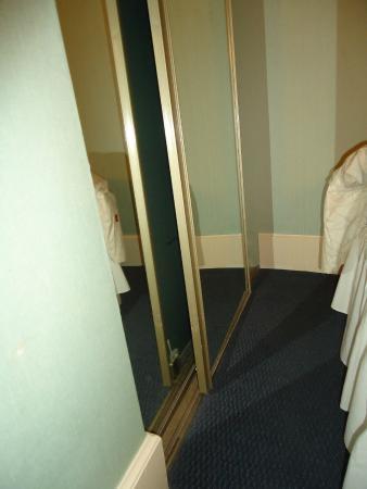 Winston Guest House : Wardrobe broken!
