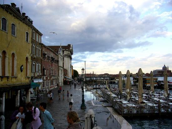 I Gesuati (Santa Maria del Rosario) : Активное место на набережной