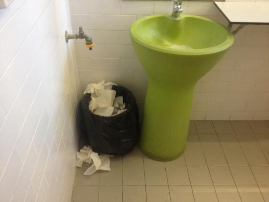 Sundancer Backpackers Resort: The washroom
