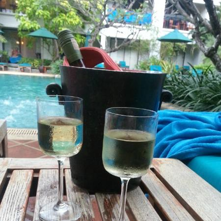 Banthai Beach Resort & Spa : Wine at one of the 3 pools