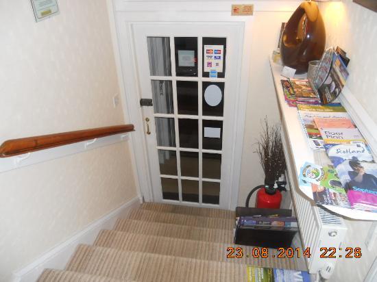 Craig Holm Guest House : L'ingresso visto dalla mia stanza