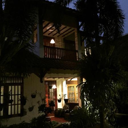 Duta Guest House : Garden View at night
