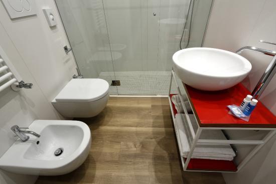 Hotel Aurea Rimini: Bagno con ampio box doccia