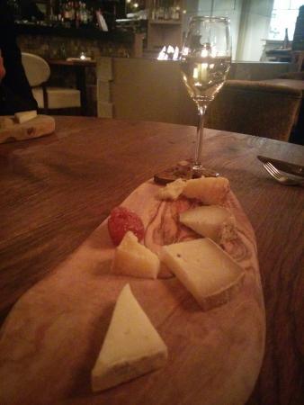 Restaurant La Forca: Het kaasplankje met heerlijke bijpassende wijn. De pecorino met truffel was heerlijk!