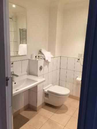 Best Western Rockingham Forest Hotel: Sink & Toilet