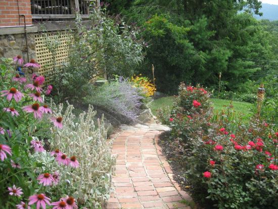 Bittersweet Cottage & Suite: Suite - Gardens