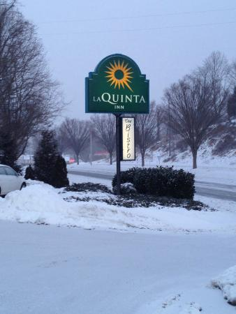 La Quinta Inn Radford: Walking my dog, Tina, at 7:00 AM the next morning.