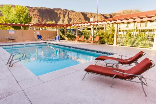Hotel Moab Downtown: Poolside Late Afternoon