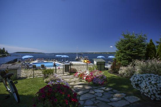 Spruce Point Inn Resort and Spa: Oceanfront Salt Water Pool
