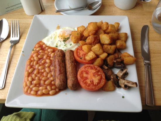 River Green Cafe: Vegetarian Brunch served with a basket of warm bread!