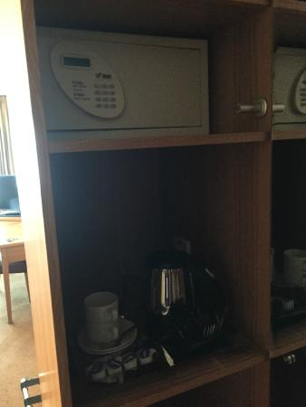 Aspect Hotel Dublin Parkwest: Tea and coffee and a safe - excellent!