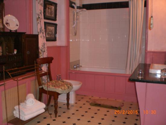 Red House Farm: Pink Bathroom 4