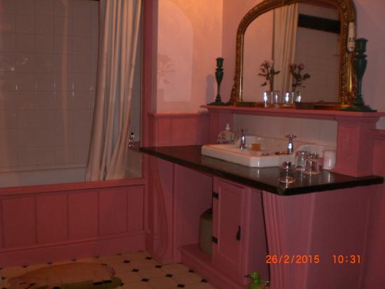 Red House Farm: Pink Bathroom