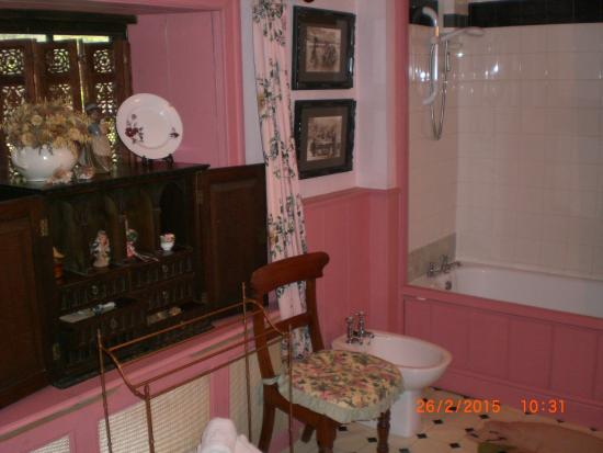 Red House Farm: Pink Bathroom 3