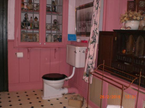 Red House Farm: Pink Bathroom 2