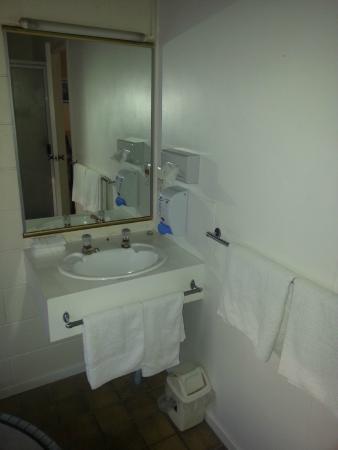 Midway Motel: Bathroom
