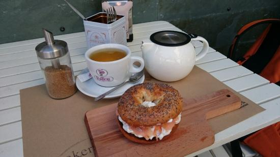 Baker & CO: Bagel Key West con salmón ahumado y crema de queso. Pan crujiente y delicioso ��