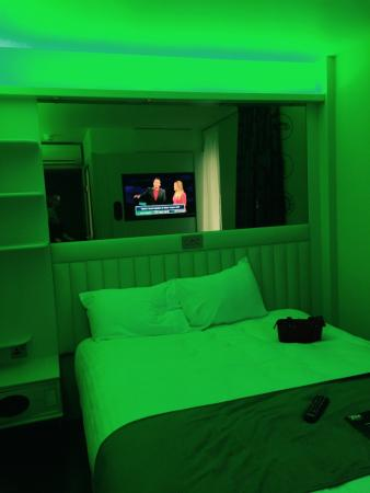 Point A Hotel London Canary Wharf: Green mood light