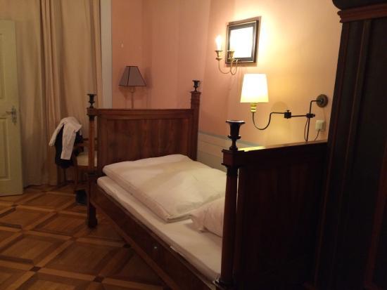 ein bett wie im mittelalter und sehr k hl bild von hotel b rse g rlitz tripadvisor. Black Bedroom Furniture Sets. Home Design Ideas
