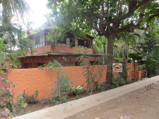 Iguana Inn: Casa vista desde la calle