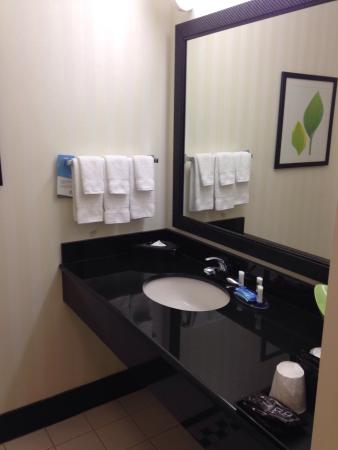 Fairfield Inn & Suites by Marriott Naples : Vanity in a 2 double bed room