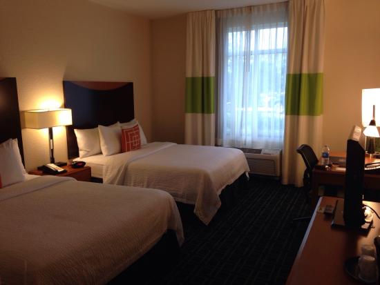 Fairfield Inn & Suites by Marriott Naples : 2 double-bed room with desk, bureau and a closet