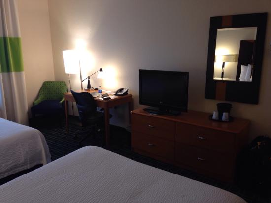 Fairfield Inn & Suites by Marriott Naples : Desk, desk chair, chair and bureau in the double-bed room