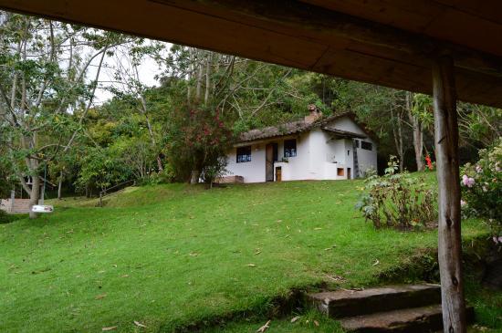 La Luna Mountain Lodge: Vista de una de las cabañas desde la puerta del comedor