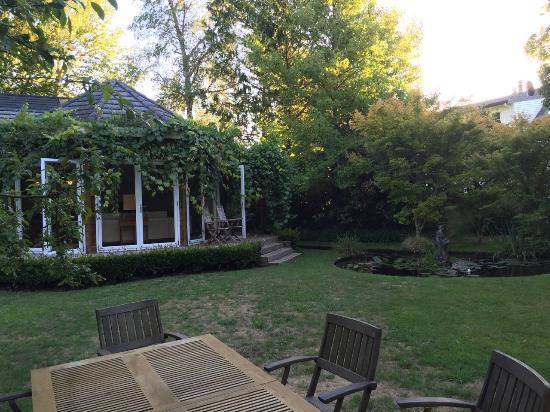 River Birches Lodge: Garden/Outdoor dining