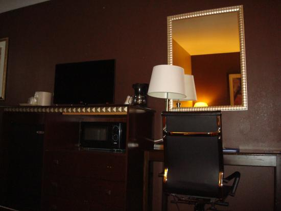 Comfort Inn & Suites Ozone Park : Dark dingy room