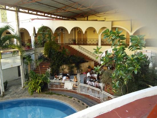 Maria de la Luz Hotel: swimming pool, and restuarant area in the center of hotel