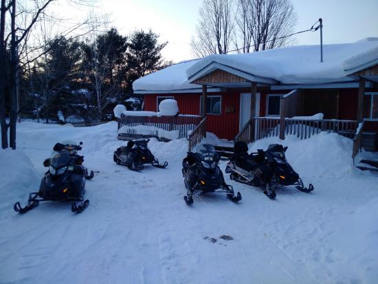 Ahmic Lake Resort: Cabin parking