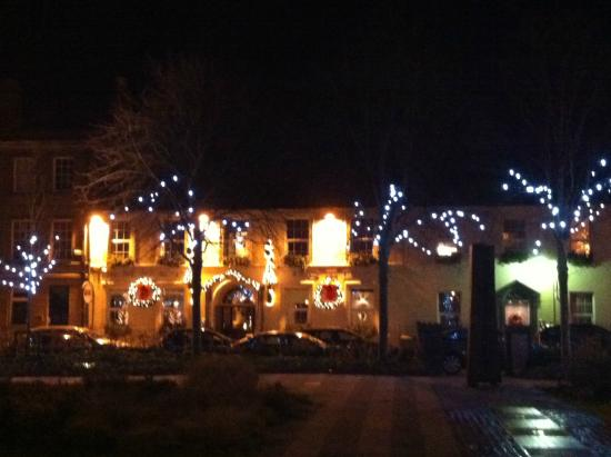 The Emmet Hotel: Beautiful evening view of the hotel at Christmas