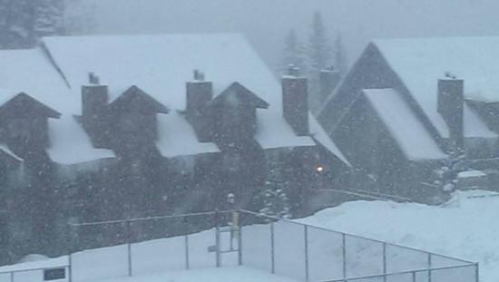 Cascade Village: Tennis court veiw from upper balcony