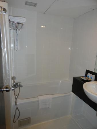 Golden Crown Plaza: Bathroom
