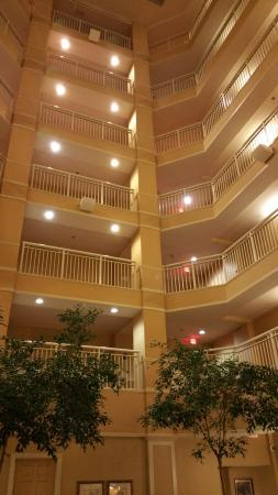 Wyndham Old Town Alexandria : Lobby view of interior height