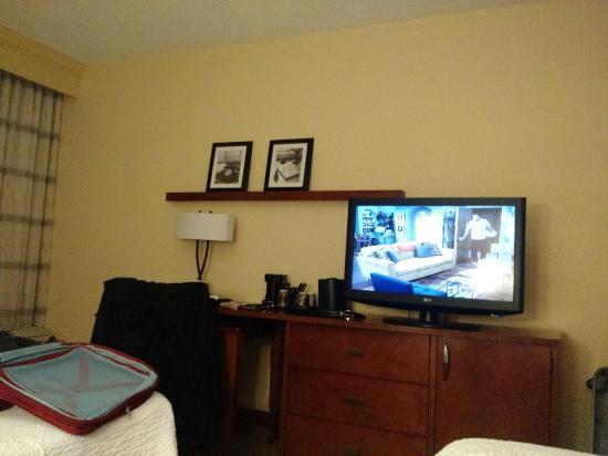 Courtyard by Marriott Melbourne West: TV com bom tamanho e mesa para trabalho