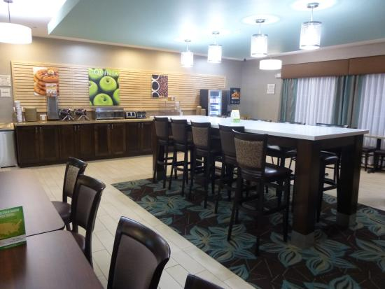 La Quinta Inn & Suites Bellingham: Breakfast area in lobby